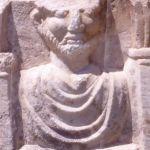Detalle de un frontal de urna cineraria romana hallada en Arties (s. II-III dC)