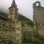Campanario de la iglesia de Santa Maria y torre y murallas del antiguo castillo