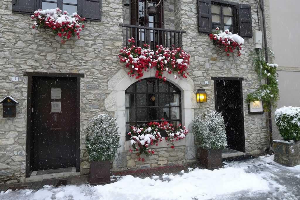 hotel-bessiberri-arties-fachada-hotel-con-flores-5