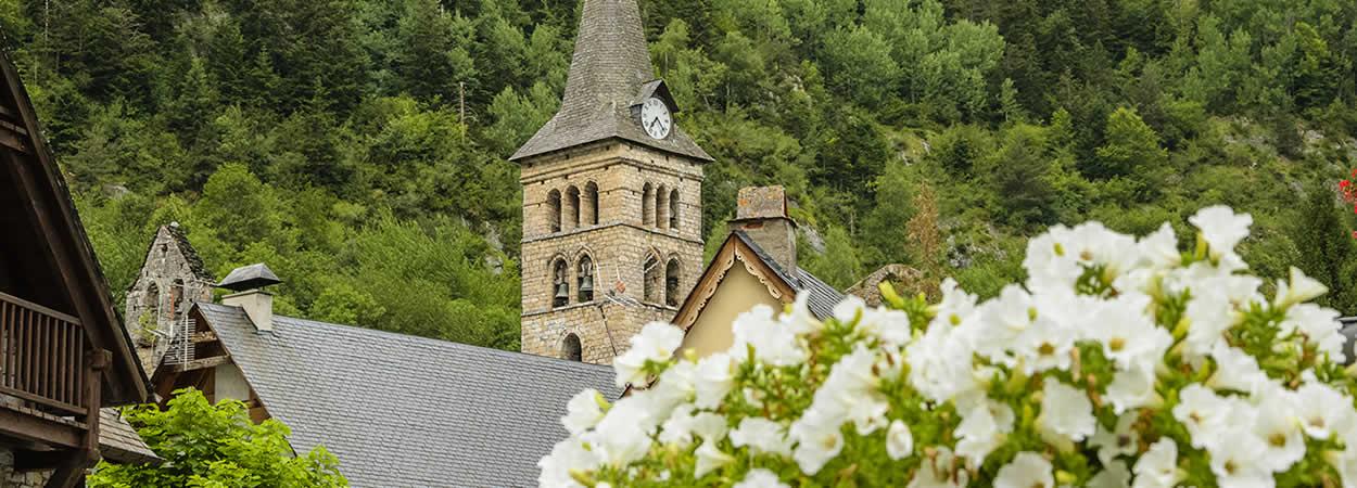 Iglesia de Arties con flores