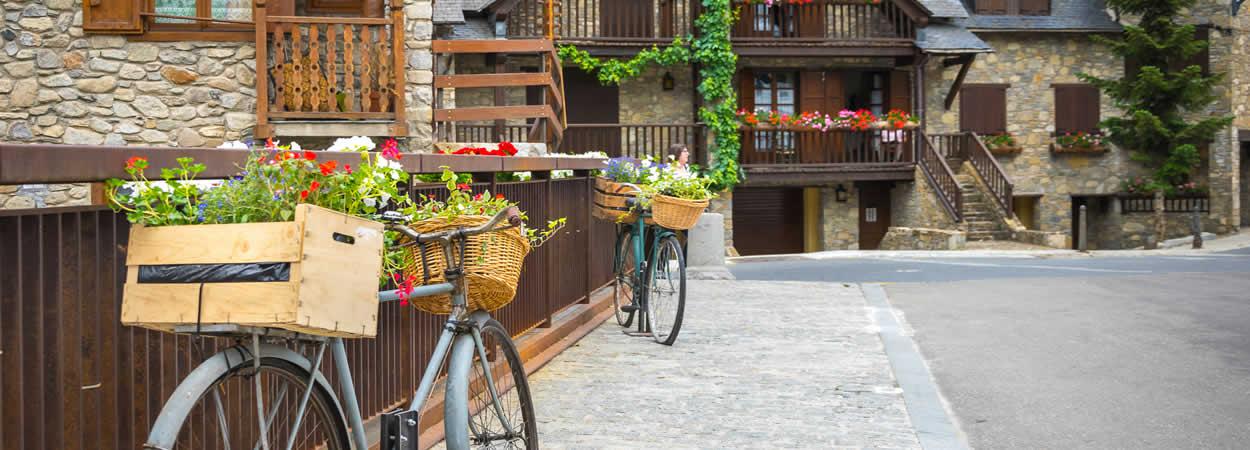 Vista de las bicicletas con flores en Arties, Val d'aran