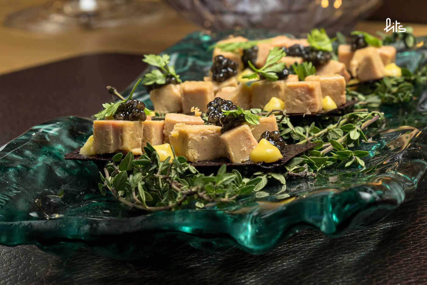 Corte de foie mi-cuit hecho en casa, con maíz y Caviar Nacarii